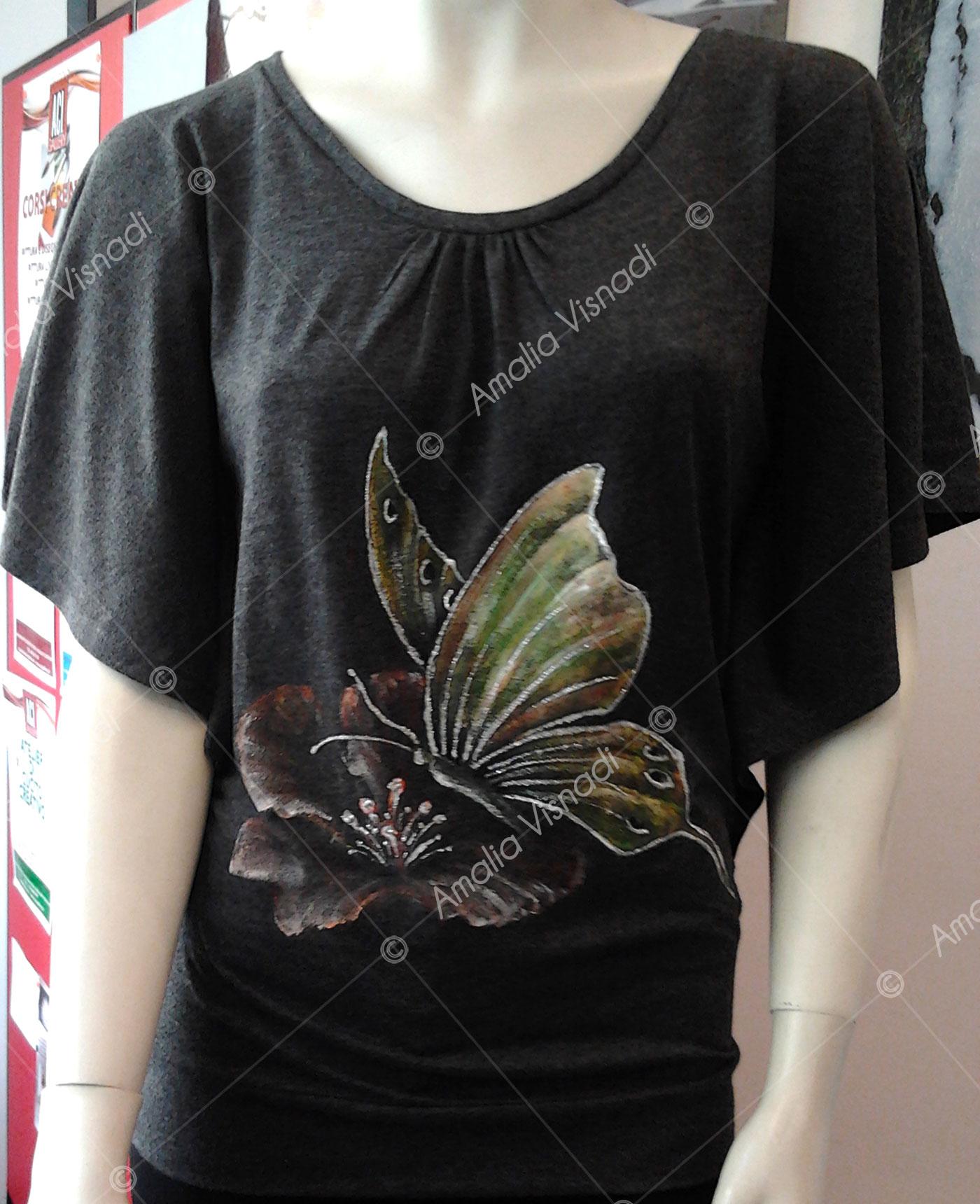 Amalia Visnadi_Maglia grigia con farfalla